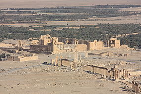 Palmyra,_view_from_Qalaat_Ibn_Maan,_Temple_of_Bel_and_colonnaded_axis