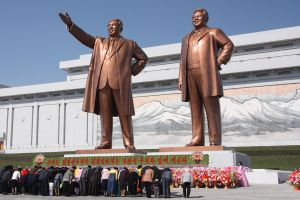 The_statues_of_Kim_Il_Sung_and_Kim_Jong_Il_on_Mansu_Hill_in_Pyongyang_(april_2012)